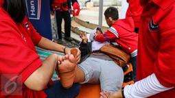 Warga sedang diperban kakinya di sebuah tenda saat peringatan Hari Pertolongan Pertama Pada Kecelakaan (P3K) Sedunia di Car Free Day, Jalan MH Thamrin, Jakarta, Minggu (25/9). (Liputan6.com/Fery Pradolo)