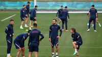 Para pemain Kroasia mengambil bagian dalam sesi latihan MD-1 di Firhill Stadium di Glasgow (21/6/2021). Timnas Kroasia akan berjumpa Skotlandia di babak pemungkas Grup D Euro 2020 (Euro 2021) di Hampden Park. (AFP/Paul Ellis)