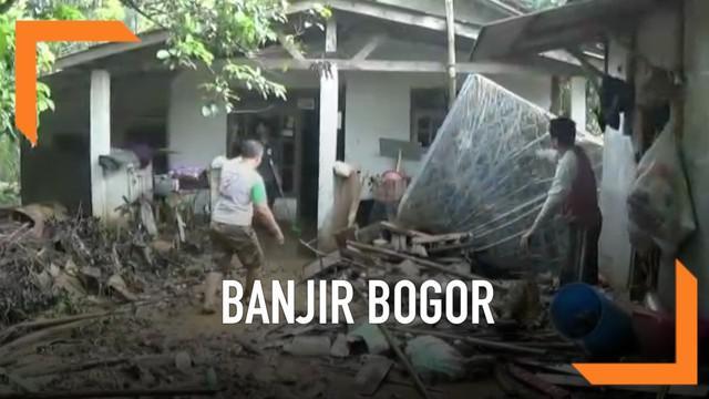 Sejumlah rumah di Bogor diterjang banjir akibat luapan kali di sekitar permukiman. Barang-barang di dalam rumah rusak, bahkan atap rumah warga ikut rusak.