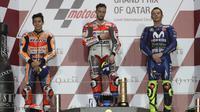 Pembalap Ducati Andrea Dovizioso yang meraih juara satu (tengah) bersama Marc Marquez (kiri) dan Valentino Rossi berada di podium usai mengikuti balapan di MotoGP Qatar 2018 di Sirkuit Internasional Losail (18/3). (AFP Photo/Karim Jaafar)