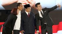 Capres no. urut 01 Joko Widodo atau Jokowi,  Capres no. urut 02 Prabowo Subianto, moderator Retno Pinasti dan Zulfikar Naghi swafoto usai debat keempat Pilpres 2019 yang diselenggarakan KPU di Hotel Shangri-La, Jakarta, Sabtu (30/3). di Jakarta, Sabtu (30/3). (Liputan6.com/JohanTallo)
