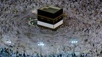 Umat Muslim mengumandangkan doa sambil mengelilingi Kakbah di Masjidil Haram, Makkah, Arab Saudi, Kamis (16/8). Jutaan umat Islam dari berbagai negara semakin memadati Masjidil Haram menjelang puncak pelaksanaan ibadah haji. (AP Photo/Dar Yasin)