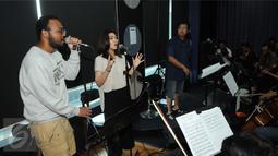 Isyana Sarasvati saat latihan bersama personel Dekat, Mohammed Kamga dan Erwin Gutawa Orchestra di kawasan Cilandak, Jakarta, Minggu (21/8). Isyana dan Kamga akan duet pada malam puncak HUT SCTV ke-26. (Liputan6.com/Helmi Afandi)
