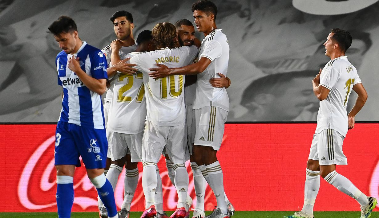 Pemain depan Real Madrid, Karim Benzema (tengah) bersama rekan setimnya merayakan gol ke gawang Alaves pada lanjutan Liga Spanyol di stadion Alfredo di Stefano, Sabtu (11/7/2020). Real Madrid menang 2-0 lewat gol Karim Benzema dan Marco Asensio. (GABRIEL BOUYS/AFP)