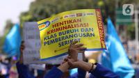 Salah satu poster yang dibawa oleh buruh dalam aksi memperingati Hari Buruh Internasional atau May Day di Jakarta, Sabtu (1/5/2021). Dalam aksinya mereka meminta pemerintah untuk mencabut Omnibus Law dan memberlakukan upah minimum sektoral (UMSK) 2021. (Liputan6.com/Angga Yuniar)