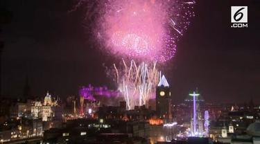 Puluhan ribu orang bersuka ria hadir untuk menyaksikan pesta ekstravaganza di Edinburgh Castle dan menyambutnya pada tahun 2018.