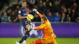 Striker Paris Saint-Germain, Kylian Mbappe, melepaskan tendangan ke gawang Strasbourg pada laga liga Prancis di Stadion Parc des Princes, Paris, Minggu (7/4). Kedua tim bermain imbang 2-2. (AP/Francois Mori)