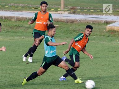 Pemain Timnas Indonesia U-22, Gian Zola, menggiring bola saat latihan di Lapangan ABC, Senayan, Jakarta, Jumat (11/1). Latihan sekaligus seleksi pemain ini untuk persiapan turnamen Piala AFF U-22. (Bola.com/M Iqbal Ichsan)