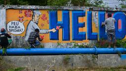 "Seniman melukis mural bertulis ""Hello Brother"" di Banda Aceh, Aceh, Kamis (21/3/2019). Tulisan mural ""Hello Brother"" sebagai penghormatan seniman Aceh kepada para korban penembakan massal di Christchurch, Selandia Baru. (CHAIDEER MAHYUDDIN/AFP)"