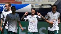 Leonardo Bittencourt (tengah) merayakan gol ke gawang Schalke (AFP)