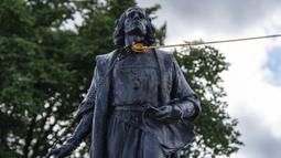 Dua tali diikatkan pada leher patung Christopher Columbus saat sekelompok massa merobohkannya di Minnesota State Capitol, St. Paul, Minnesota, Amerika Serikat, Rabu (10/6/2020). Patung Christopher Columbus jadi amukan massa setelah kematian George Floyd. (Evan Frost/Minnesota Public Radio via AP)