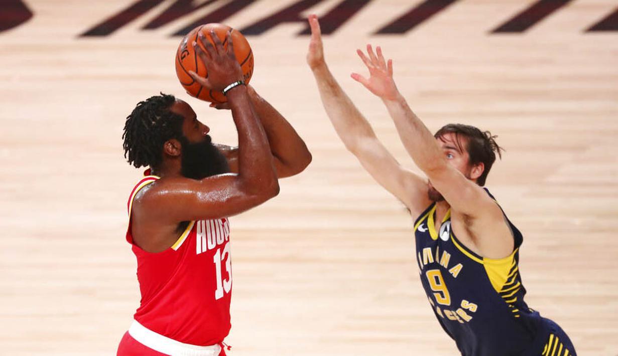 Pebasket Houston Rockets, James Harden, berusaha memasukan bola saat melawan Indiana Pacers pada laga NBA, Rabu (12/8/2020). Houston Rockets dikalahkan Indiana Pacers dengan skor 104-108. (Kim Klement/Pool Photo via AP)