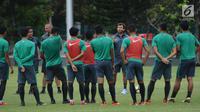 Pelatih Timnas Indonesia U-23, Luis Milla (tengah) memberi arahan jelang gim internal di Lapangan A Senayan, Jakarta, Minggu (21/1). TC pertama Timnas Indonesia U-23 di tahun 2018 diikuti 26 pemain. (Liputan6.com/Helmi Fithriansyah)
