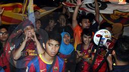 Keriangan fans klub Barcelona menyambut kedatangan Trofi Liga Champions di Jakarta.(Liputan6.com/Helmi Fitriyansyah)