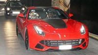 Kali ini ia disemprit polisi kala mengendarai Ferrari di atas batas kecepatan.
