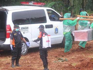 Petugas membawa jenazah korban COVID-19 yang akan dimakamkan di TPU Pondok Ranggon, Jakarta Timur, Rabu (1/4/2020). Hari ini di TPU Pondok Ranggon hingga menjelang sore hari tercatat sembilan belas jenazah dimakamkan baik yang berstatus ODP, PDP maupun postif COVID-19. (merdeka.com/Arie Basuki)