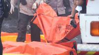 Sejumlah petugas mengevakuasi sejumlah korban ledakan pabrik kembang api di Komplek Pergudangan 99, Jalan Raya Salembaran, Cengklong, Kosambi, Kabupaten Tangerang, Banten (26/10). (AFP Photo/Demy Sanjaya)