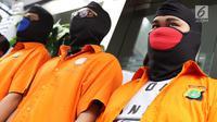 Tiga tersangka kasus ilegal akses terhadap sistem elektronik dihadirkan di Polda Metro Jaya, Jakarta, Selasa (13/3). Polisi mengamankan barang bukti berupa 3 buah HP, 4 buah laptop. (Liputan6.com/Immanuel Antonius)