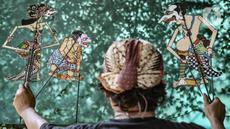 Seniman Iskandar Hardjodimuljo menjadi dalang memainkan wayang uwuh di kawasan Cawang, Jakarta, Kamis (29/10/2020). Pandemi COVID-19 menyebabkan penjualan sekaligus produksi wayang uwuh karya Iskandar merosot hingga 60 persen dibandingkan sebelumnya. (merdeka.com/Iqbal S. Nugroho)