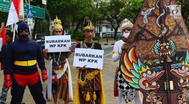 Massa berkostum wayang orang menggelar aksi di depan Istana, Jakarta, Jumat (13/9/2019). Dalam aksinya, mereka mendukung Presiden Jokowi dan DPR RI merevisi Undang-Undang KPK dalam rangka memperkuat langkah pemberantasan korupsi. (Liputan6.com/Johan Tallo)