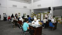 Pelaksanaan rapid test usai tim patroli gabungan memantau kondisi pelaksanaan PSBB di Surabaya Raya yaitu, Surabaya, Gresik dan Sidoarjo pada hari kelima. (Foto: Liputan6.com/Dian Kurniawan)