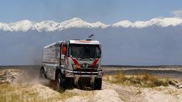 Putra Yoshimasa Sugawara, Teruhito Sugawara dan rekannya Mitsugu Takahashi saat mengendarai truk Hino selama Tahap 10 Dakar 2018 antara Salta dan Belen, Argentina, (16/1). Hino Team Sugawara menggunakan truk Hino500 series. (AFP Photo/Franck Fife)
