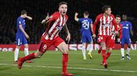 Chelsea yang gagal merekrut Joules Kounde dari Sevilla akhirnya mendatangkan Saul Niguez dari Atletico Madrid dengan status pinjaman sebesar 5 juta euro dengan opsi dipermanenkan. Pengumuman kedatangannya disampaikan di masa akhir bursa transfer musim panas 2021. (Foto: AFP/Ian Kington)