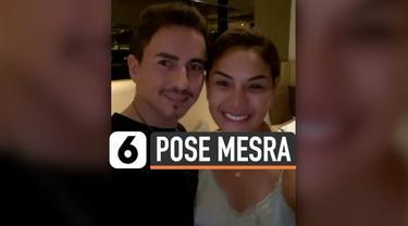 Publik dibuat heboh dengan foto yang diunggah Nikita Mirzani di instagram pribadinya. Bagaimana tidak, dalam foto tersebut Nikita tengah memamerkan momen kemesraannya dengan pembalap Jorge Lorenzo ketika berlibur di Bali.
