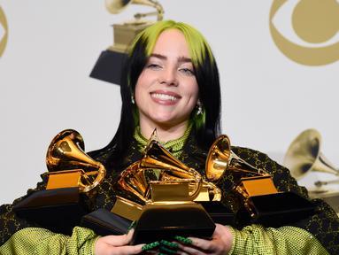 Billie Eilish berpose dengan piala penghargaan Grammy Awards 2020 di Staples Center, Los Angeles, Amerika Serikat, Minggu (26/1/2020). Eilish memborong lima piala dalam perhelatan musik akbar yang diselenggarakan ke-62 kalinya ini. (AP Photo/Chris Pizzello)