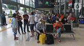 Suasana Stasiun Pasar Senen, Jakarta, Minggu (18/4/2021). Adanya larangan pemerintah untuk mudik pada tanggal 6 hingga 17 Mei mendatang, membuat sebagian warga memilih mudik lebih awal. (Liputan6.com/Herman Zakharia)