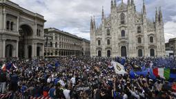 Para pendukung dan fans Inter Milan memadati kawasan Piazza Duomo di depan katedral gothic, Milan, Minggu (2/5/2021) merayakan kepastian Inter Milan merebut gelar juara Scudetto Liga Italia 2020/2021. (LaPresse via AP/Claudio Furlan)