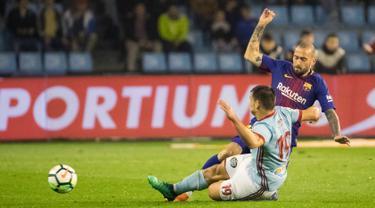 Pemain Celta Vigo, Jonny Otto berebut bola dengan pemain Barcelona, Aleix Vidal pada laga pekan ke-33 La Liga di Estadio de Balaidos, Selasa (17/4). Tampil dengan sepuluh pemain, Barcelona harus puas dengan hasil imbang 2-2. (AP/Lalo R. Villar)