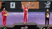 Atlet Timnas Wushu Indonesia Lindswell Kwok berdiri di podium usai menjuarai pertandingan wushu di Kuala Lumpur Convention Centre Hall 5, Kuala Lumpur, Malaysia, Selasa (21/8). Lindswell meraih skor 9,68. (Liputan6.com/Faizal Fanani)