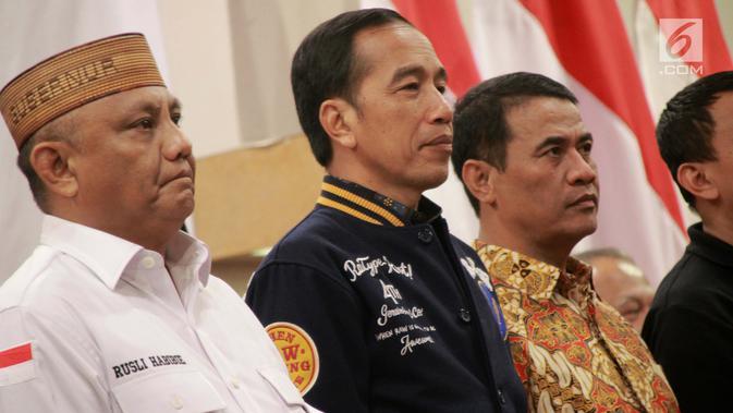 Capres nomor 01 Joko Widodo menghadiri acara silaturahmi dengan relawan dan Tim Kampanye Daerah di Gorontalo, Kamis (28/2). Acara dihadiri para caleg daerah dari partai pendukung pasangan Jokowi-Ma'ruf dan para relawan. (Liputan6.com/Arfandi Ibrahim)