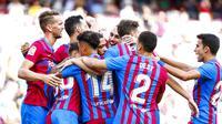 Para pemain Barcelona merayakan gol ke gawang Levante pada lanjutan Liga Spanyol 2021/2022, Minggu (26/9/2021) WIB. (AP Photo/Joan Monfort)