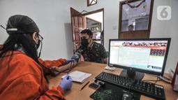 Dokter memeriksa kesehatan warga sebelum melakukan donor darah di Kantor PMI Jakarta Timur, Rabu (28/7/2021). Tiap harinya, PMI Jakarta Timur melayani 20-30 pendonor darah meski jumlah menurun akibat pandemi COVID-19 ditambah keterbatasan akses warga saat PPKM. (merdeka.com/Iqbal S. Nugroho)