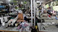 Aktivitas sebuah usaha konveksi milik Enca saat menyelesaikan produksi baju di Desa Curug, Bogor, Jawa Barat, Kamis (4/3/2021). Kini produksinya rata-rata 1500 setel pakaian per minggu dengan omzet sebulan lebih dari Rp 150 juta dan mampu mempekerjakan 17 orang warga desa. (merdeka.com/Arie Basuki)