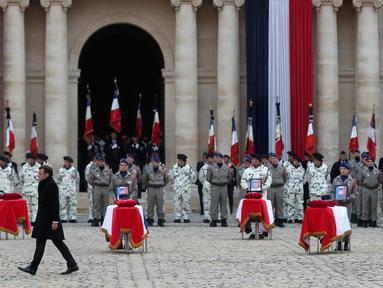 Presiden Prancis Emmanuel Macron menghadiri upacara pemakaman 13 tentara Prancis yang tewas dalam kecelakaan helikopter di Mali, Paris, Senin (2/12/2019). Sebanyak 13 tentara tewas setelah dua helikopter yang ditumpangi bertabrakan dalam operasi melawan miltan di Mali. (AP Photo/Thibault Camus,Pool)