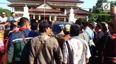 Ratusan perangkat desa di Kebumen melakukan demonstrasi di gedung DPRD Kabupaten Kebumen. Mereka menuntut diberikannya thr.