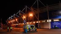 Petugas berjaga di luar Stadion King Power setelah helikopter milik pemilik Leicester City Football Club Vichai Srivaddhanaprabha jatuh dan terbakar di tempat parkir, Inggris (27/10). (Joe Giddens/PA via AP)