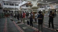 Salat berjamaah di Masjid Agung Al Azhar dilaksanakan dengan tetap menaati protokol kesehatan. Jaga jarak dan memakai masker wajib untuk dilakukan. (Foto: Liputan6.com).