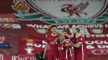 Gelandang Liverpool, Thiago (tengah) berselebrasi dengan rekan setimnya usai mencetak gol ke gawang Southampton pada pertandingan lanjutan Liga Inggris di stadion Anfield di Liverpool, Inggris, Minggu (9/5/2021). Liverpool menang atas Southampton 2-0. (Zac Goodwin/Pool via AP)