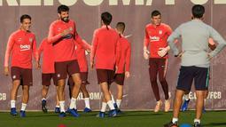 Bek Barcelona, Gerard Pique (dua kiri) dan rekan setimnya di Joan Gamper Sports Center, Sant Joan Despi, Spanyol, Selasa (23/10). Barcelona menjamu Inter Milan di Camp Nou pada Kamis (25/10) dini hari WIB. (LLUIS GENE/AFP)