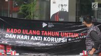 Spanduk aspirasi dari BEM KM Universitas Gadjah Mada (UGM) untuk KPK terpampang di Gedung KPK, Jakarta, Senin (10/12). Aksi simpatik ini untuk memperingati Hari Anti Korupsi Sedunia. (Merdeka.com/Dwi Narwoko)