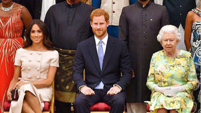 Simak penampilan kontras Ratu Elizabeth II dan Meghan Markle di acara Queen's Young Leaders Awards./Copyright instagram.com/duchessfangirl