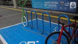 Sebuah sepeda terparkir di kawasan stasiun MRT Cipete Raya, Jakarta, Senin (14/10/2019). Pemprov DKI Jakarta bakal memberikan fasilitas parkiran sepeda di halte-halte bus Transjakarta sehingga warga bisa menaruh sepeda dan berpindah ke tranportasi umun. (Liputan6.com/Faizal Fanani)