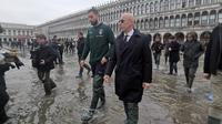 Delegasi Timnas Italia yang diwakili oleh Gianluigi Donnarumma dan PSSI-nya Italia mengunjungi Venice, kota bersejarah di Italia yang tengah dilanda musibah banjir. (Dok. Twitter Resmi Timnas Italia / @Vivo_Azzurro)
