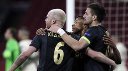 Gelandang Ajax Amsterdam, Davy Klaassen (kiri) bersama rekan setim merayakan gol yang dicetaknya ke gawang AS Roma dalam laga leg pertama perempatfinal Liga Europa 2020/2021 di Johan Cruijff Arena, Amsterdam, Kamis (8/4/2021). Ajax kalah 1-2 dari AS Roma. (AP/Peter Dejong)