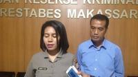 Kasubag Humas Polrestabes Makassar, AKP Diaritz Felle didampingi Kanit PPA Satreskirm Polrestabes Makassar saat merilis kasus dugaan pencabulan gadis cilik korban gempa Palu di Makassar (Liputan6.com/ Eka Hakim)