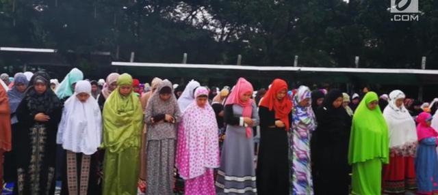 Umat Muslim di Quezon City, Filipina, merayakan Hari Raya Idul Fitri 1 Syawal 1439 Hijriah. Ribuan umat berkumpul di sebuah lapangan untuk melaksanakan salat Idul Fitri.